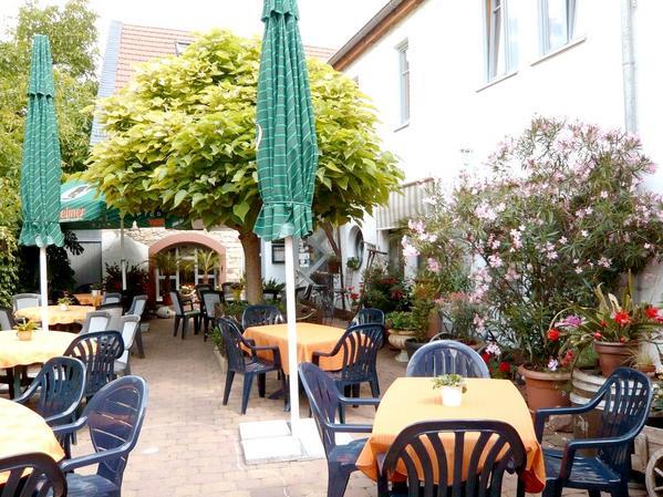 Gasthof Zur Traube - Bar con tavolini all' aperto